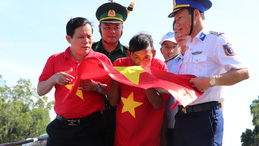 Xúc động hình ảnh ngư dân Cù Lao Chàm thay cờ Tổ quốc trên tàu cá