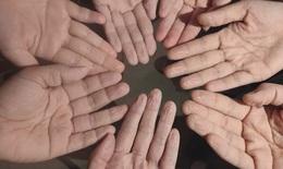"""Những đôi bàn tay nhăn nheo, trắng bệch vì """"ngâm mồ hôi"""" trong bộ đồ bảo hộ chống dịch"""