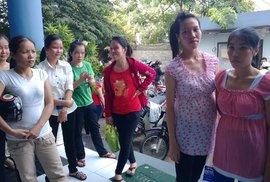 Luật bất cập, lao động nữ mang thai lãnh đủ