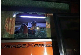 Xe buýt chở tuyển Indonesia bị tấn công bằng đá
