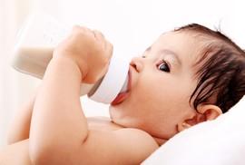 Con tôi hay bị ọc sữa, phải làm sao?