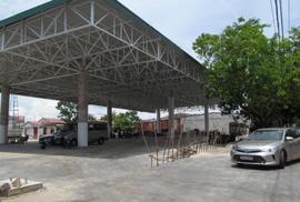 Bồn chứa cây xăng cạnh nhà dân
