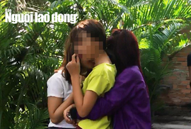 3 bé gái ôm nhau khóc sau khi bị sàm sỡ