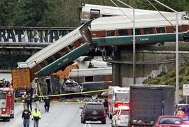 Mỹ: Tàu cao tốc trật đường ray, văng xuống đường gây thương vong lớn