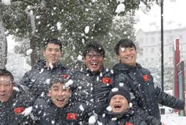 Clip: Trưởng đoàn U23 Dương Vũ Lâm phấn khích trong tuyết rơi