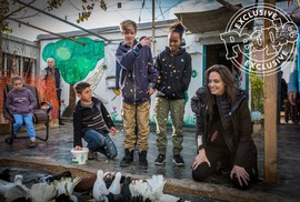 Angelina Jolie đưa hai con đến thăm trại tị nạn