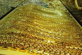 """Giá USD tăng """"nhấn chìm"""" giá vàng"""