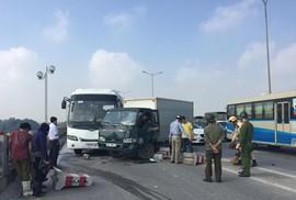 6 ôtô tông liên hoàn trên cầu Thanh Trì, cả ngàn phương tiện ùn tắc