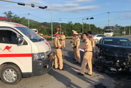 Ôtô va chạm xe cấp cứu, 5 người bị thương nặng