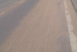 Cát sỏi rơi vãi đầy đường