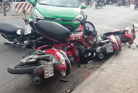 Taxi tông hàng loạt xe máy dừng chờ đèn tín hiệu