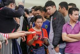 """Chen chúc mua vé """"đại chiến"""" Việt Nam - Malaysia trong mưa rét"""