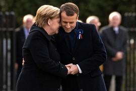 """TT Trump """"ngại mưa"""", ông Macron và bà Merkel nắm chặt tay đồng lòng"""