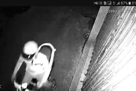 """Truy tìm nam thanh niên tạt nhớt vào nhà dân lúc nửa đêm để """"khủng bố"""""""