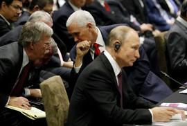 """Họp ASEAN, ông Putin """"nói chuyện riêng"""" với Phó Tổng thống Mỹ"""