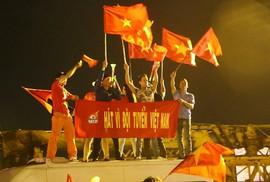Cả nước xuống đường mừng tuyển Việt Nam thắng Malaysia