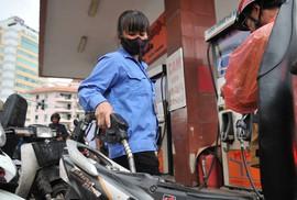 """Chi """"mạnh tay"""" quỹ bình ổn gần Tết, giá xăng dầu đứng yên"""