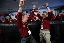 Tàu InSight của NASA đáp xuống sao Hỏa, gởi về bức ảnh đầu tiên