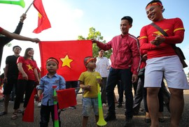 Clip: CĐV Việt Nam làm nóng, phủ đỏ sân Quốc gia Lào