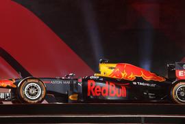 """""""Choáng"""" với giá trị siêu xe đua F1 xuất hiện tại Hoàng thành Thăng Long"""