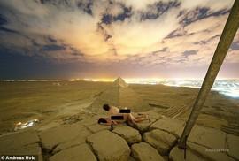 """""""Làm bậy"""" trên kim tự tháp, nhiếp ảnh gia gây phẫn nộ"""