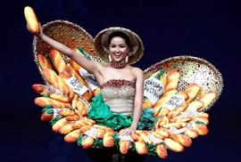 """Váy """"bánh mì"""" tỏa sáng cùng trang phục dân tộc rực rỡ"""