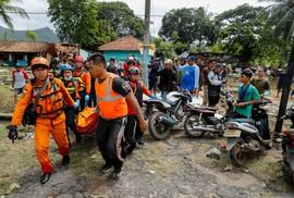 """""""Bóng ma"""" núi lửa gây sóng thần ở Indonesia"""