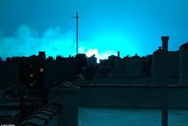 Hoảng loạn ở New York khi trời đêm rực sáng màu xanh