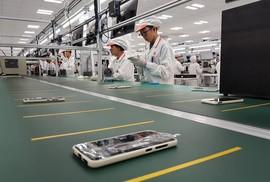 Tận mắt ngắm dây chuyền sản xuất điện thoại Vsmart của Vingroup