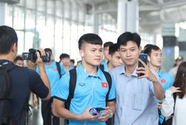 """Công Phượng, Quang Hải """"hút"""" fan khi tuyển Việt Nam bay sang Malaysia"""