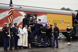 """Chuyến tàu đặc biệt đưa ông Bush """"cha"""" về nơi an nghỉ"""