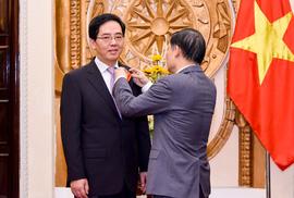 Trao Huân chương Hữu nghị cho Đại sứ Trung Quốc