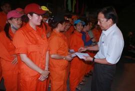 Lì xì công nhân vệ sinh làm việc xuyên Tết