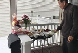 Người Việt ở Canada đổ xô đi mua lá chuối, cau trầu
