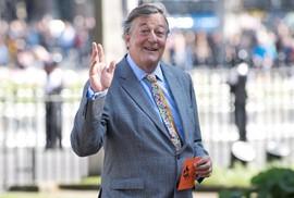 Diễn viên Stephen Fry phục hồi sau khi trị ung thư