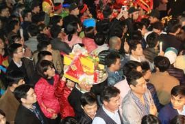 Giẫm đạp cướp lộc đền Trần: Nên bỏ lễ hội khai ấn?