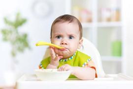 Bé 11 tháng không chịu ăn cơm, phải làm sao?