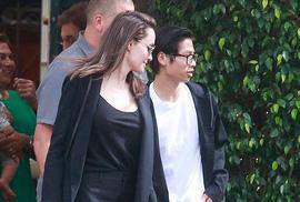Pax Thiên điển trai hộ tống mẹ nuôi Angelina Jolie đi ăn trưa
