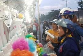 Công nhân mua sắm thoả thích tại phiên chợ hàng Việt