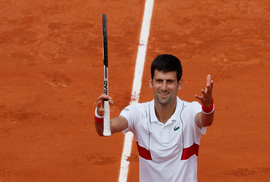 Wawrinka thua sốc, Djokovic lập kỷ lục