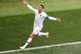 Ronaldo tiễn Morocco về nước, gây sức ép cho Messi