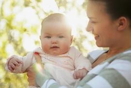 Mẹ có nên phơi nắng cùng con sơ sinh?