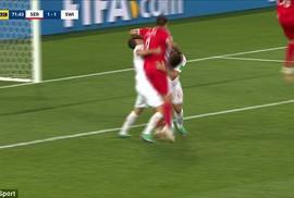 """Trọng tài trận Thụy Sĩ – Serbia bị chỉ trích là """"ăn cướp"""""""