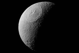 Miệng núi lửa rộng 450 km trên mặt trăng Sao Thổ