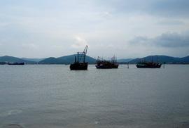 """""""Quên"""" hơn 1.300 tấn clinker dưới biển"""
