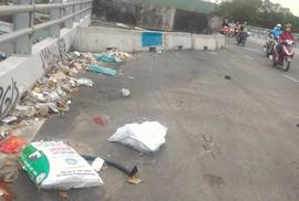 Quá nhiều rác trên cầu vượt ở Gò Vấp