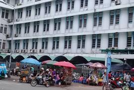 Hàng rong bủa vây bệnh viện