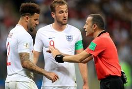 CĐV Anh và giới chuyên môn tranh cãi vì trọng tài Cakir