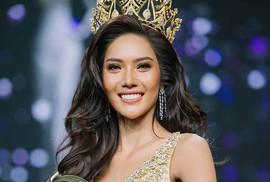 Xôn xao tân Hoa hậu Hòa bình Thái Lan quỳ lạy cha mẹ