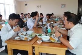Nâng chất lượng bữa ăn giữa ca cho người lao động